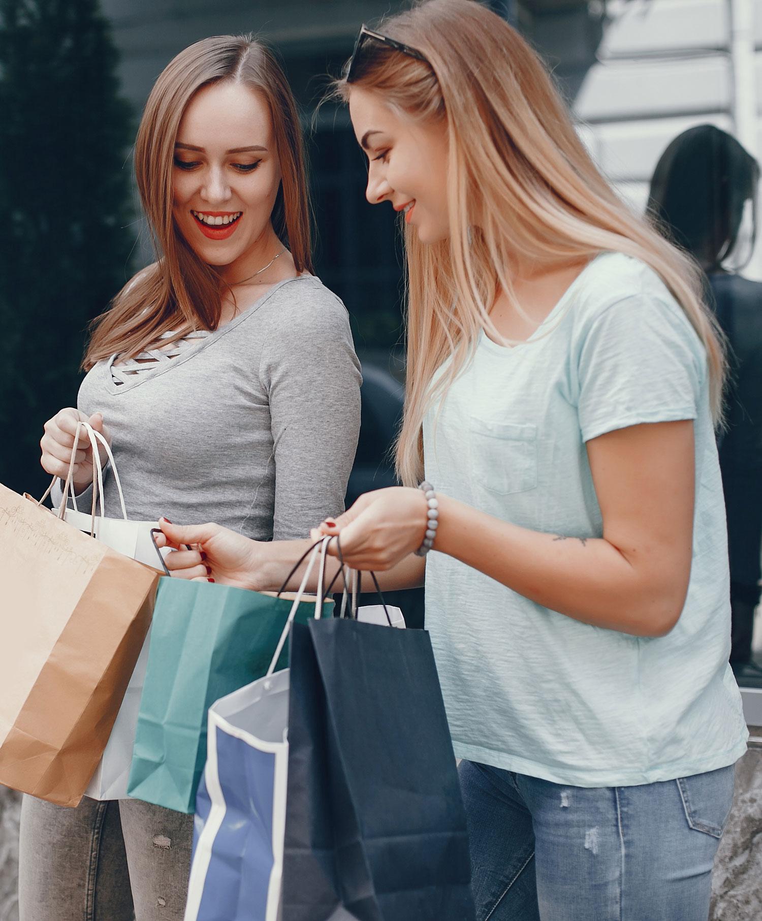 Innatos Servicios- software services - 2 muchachas con bolas de compras