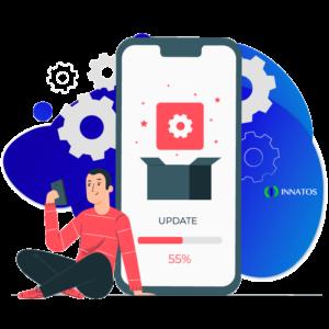 Innatos - ¿Cuánto cuesta el desarrollo de software personalizado? - hombre sentado con celular y tuercas en una caja