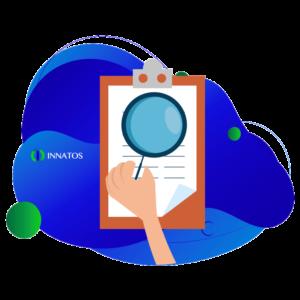 Innatos - claves de comunicación interna - persona leyendo un escrito con una lupa