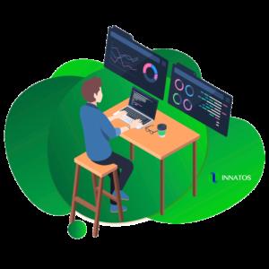 Innatos - ¿Cuánto cuesta el desarrollo de software personalizado? - hombre sentado con computadora y lampara