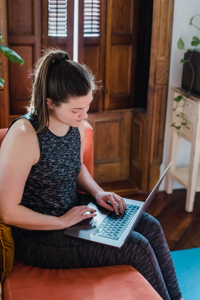 Innatos - Young female guest blogger sitting on a bench writing on Laptop